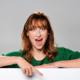 Kuvassa punahiuksinen nainen, jolla on vihreä pusero osoittaa etusormella alaspäin. Blogijutun otsikko on: Edumarin koulutussyksy on täynnä hittejä!