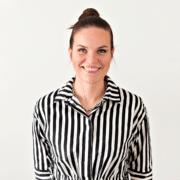 Kuvassa oleva tumma raitamekkoon pukeutunut nainen on Anna Lohman. Kuva on Edumarin blogitekstistä otsikolla: 3 työhyvinvointivinkkiä opettajan vaativaan työhön.